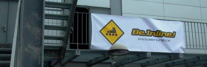 Vchod do haly je označen bannerem školy BeInline